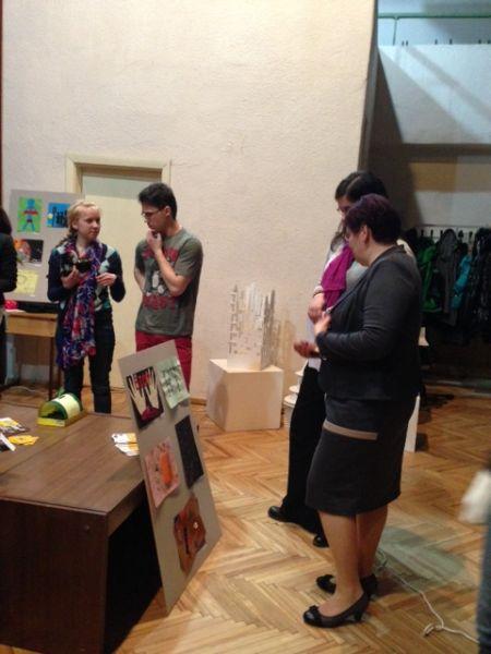 Radošo darbu izstāde par cilvēku tirdzniecību | Patvērums Drošā Māja, cilvēku tirdzniecība, cilvēktirdzniecība, brīvprātīgo apmācības