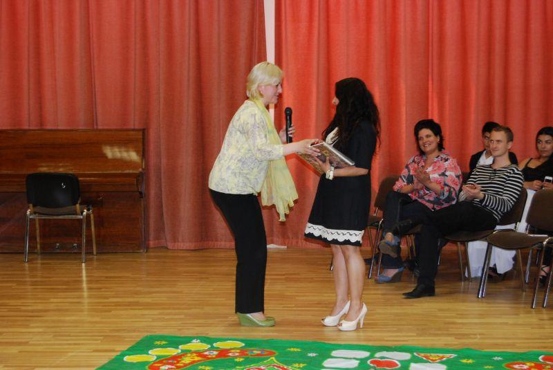 Rīgas Klasiskās ģimnāzijas pārstāve izsaka pateicību biedrības pārstāvei Mirai Tsargand.
