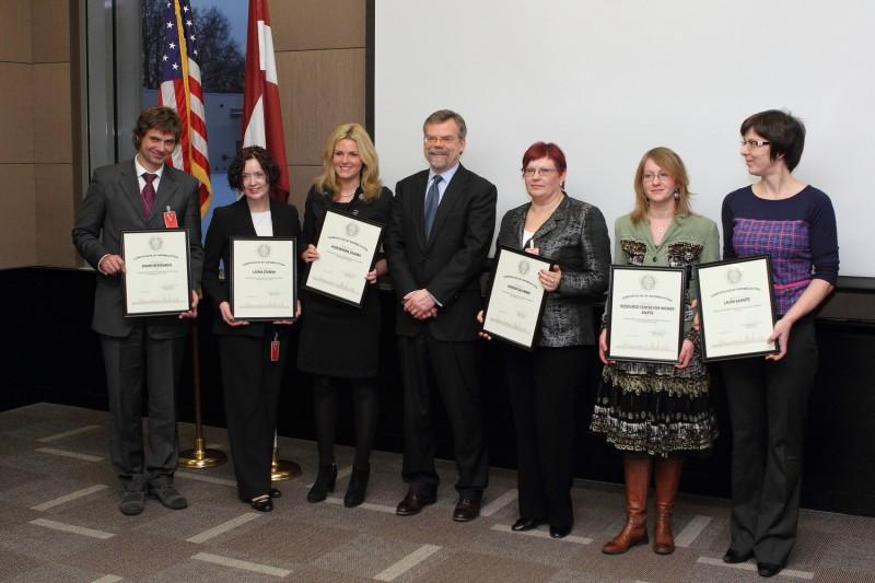 No kreisās: Aivars Bergmanis, prokurors; Lāsma Stabiņa, Iekšlietu ministrijas eksperte cilvēku tirdzniecības apkarošanas jautājumos; Aleksandra Jolkina, žurnāliste; Marks Pekala, ASV vēstnieks; Sandra Zalcmane, biedrības