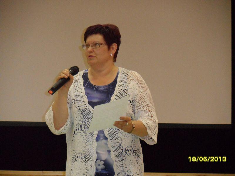Biedrības vadītāja Sandra Zalcmane teic uzrunu.
