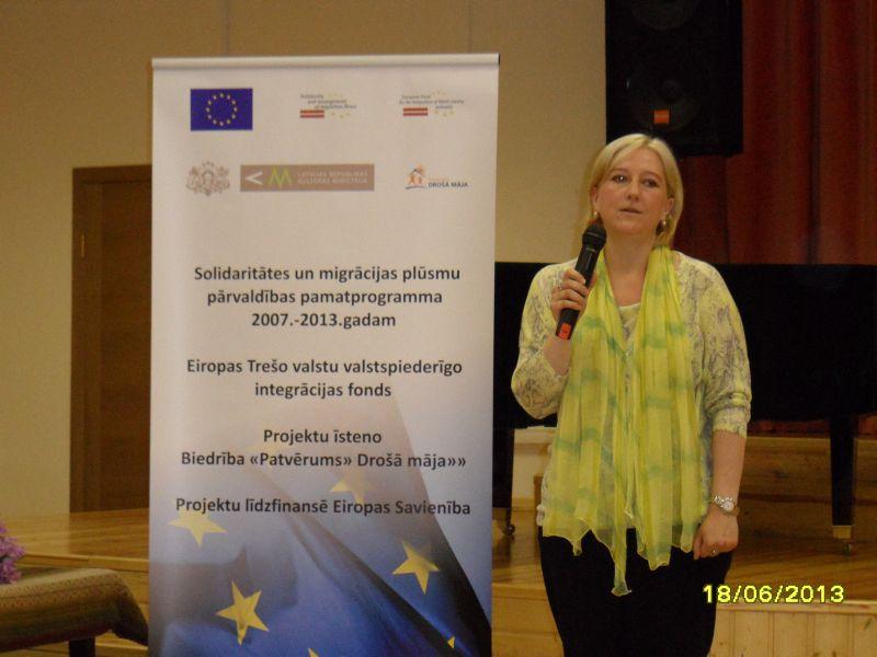 Uzrunu saka Rīgas Klasiskās ģimnāzijas pārstāve.